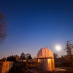 Mondaufgang über der Kuppel der Volkssternwarte Riesa